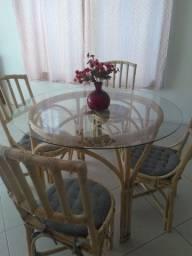 Mesa de tampo de vidro com 4 cadeiras.muito bem conservada