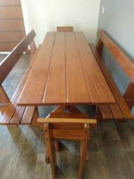 Mesa de madeira maciça.