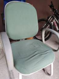 Cadeira fixa confortável em bom estado