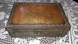 Título do anúncio: Porta Joias Bau Antigo Madeira coberto com folhas de cobre decoradas