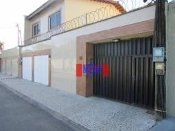 Casa Duplex projetada com 4 quartos para alugar, próximo à Av. Oliveira Paiva