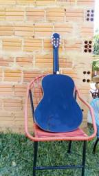 Vende se um violão semi novo preço ótimo gualquer coisa e só chama no zap 63 984554682