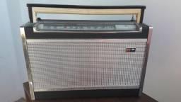 Antigo rádio à pilhas Philco