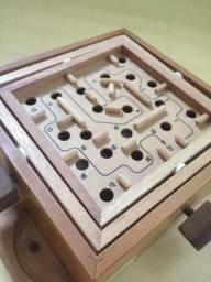 Brinquedo labirinto de madeira