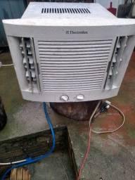Ar condicionado Electrolux 7.500 BTUs tudo funcionando.