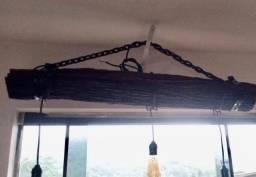 Luminária rústica feita com dormentes de trem