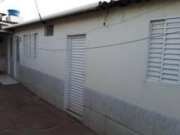 Casa de 01 Quarto com banheiro, sala com banheiro e cozinha. Área de serviço e uma vaga