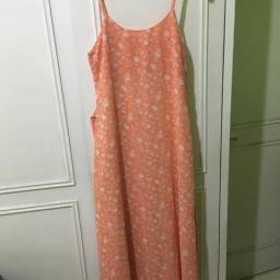 Vestido longo em tecido crepe salmon estampa floral em branco