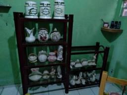 Estante com bibelôs de gesso e porcelana