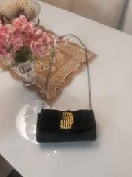 Bolsa de alça pequena de seda preta.