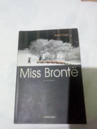Miss Brontë, um romance - Larousse (Livro)
