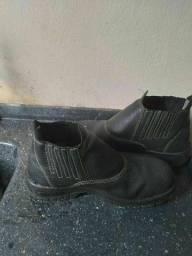 Vendo um bota de bico de aço por 50,00 reais