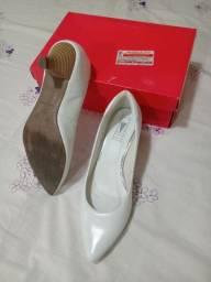 Sapato branco de couro
