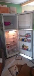 Título do anúncio: Vende-se uma geladeira