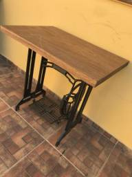 Mesa com base de máquina de costura antiga