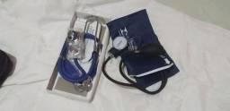 Esfigmomanômetro e um estetoscópio  com garrote