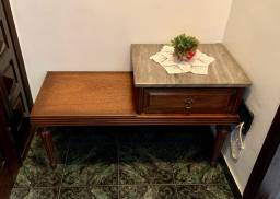 Mesa de telefone com assento e tampo de mármore