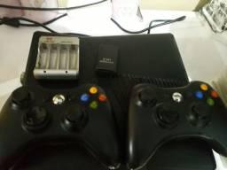 Xbox 360 completo  cabos  2 controles  mais de 50 jogos carregado de pilha