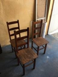 Três cadeiras em madeira por 30 reais cada