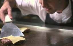 Título do anúncio: Auxiliar de cozinha/cozinheiro/chapeiro(a) com experiência