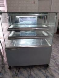 um balcão gelado mais que pode ser usado como quente! Uma chapa. Um self-service