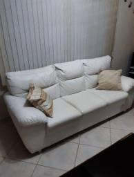 Sofá de couro.