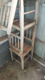 Cadeiras de mesa usadas.