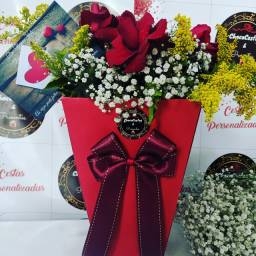Flores naturais na caixa de presente