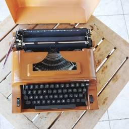 Modelo compacta fabricada nos anos 70 Maquina de datilografia antiga - antiguidade