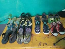 Lote de calçados e roupas infantis