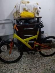 Bicicleta com pintura personalizada amortecedor no quadro e garfo  quase montada