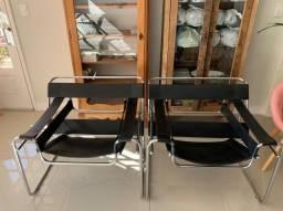 Poltronas Wassily de aço e couro pretas