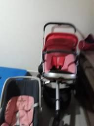 Bebê conforto e um carrinho