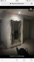 Espelho decorativo com moldura em madeira