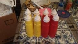 4 bisnagas de ketchup e 4 bisnagas de mostarda ou