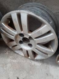 Vendo 4 roda de liga aro 15 uma roda com defeito mas da para arrumar