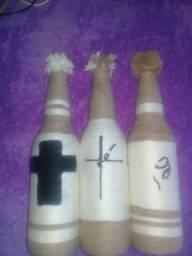 Conjunto de garrafas decorativas.