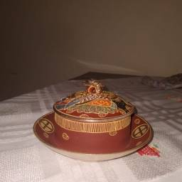 Mantegueira<br>em porcelana Japonesa Satsuma.