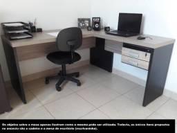 Ótima escrivaninha/ mesa de escritório com 2 gavetas e cadeira
