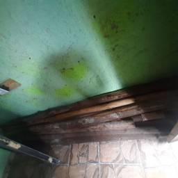 Escora de bragatinga E uma porta de ferro  usada cam chave