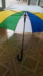 Sombrinha com as cores do Brasil.