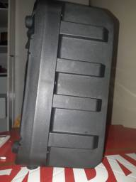 Caixa de som bluetooth com entrada para microfones