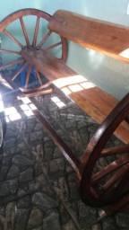 Banco de madeira com roda de charrete