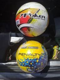 Bolas de futebol e vôlei