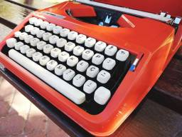 Escrita em letra de forma Maquina de escrever antiga - antiguidade