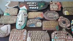 Placas e artesanatos decorativos de barro