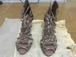 Duas sandálias da Carmen Steffens