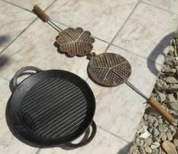 Chapa antiga em ferro fundido e outra peça em alumínium fundido