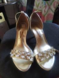 Sandália de salto dourada