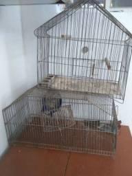 Gaiolas uma de hamster e outra de pássaro.